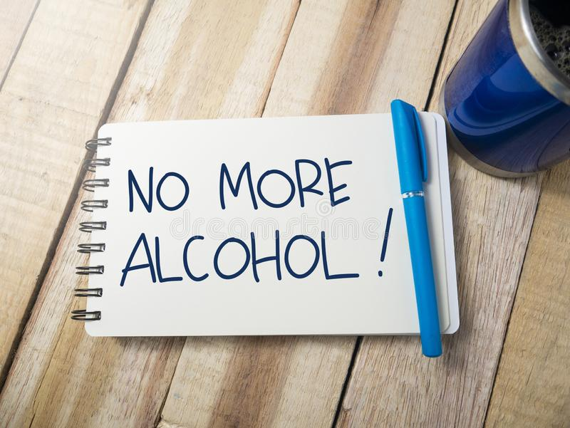 Ingen mer alkohol, Motivational ordcitationsteckenbegrepp royaltyfri bild