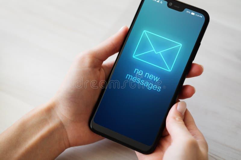 Ingen ny meddelandetext på mobiltelefonskärmen royaltyfri fotografi