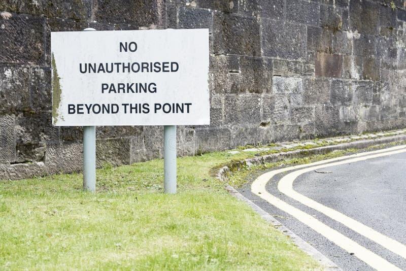 Ingen obehörig parkering utöver detta punkttecken arkivbild
