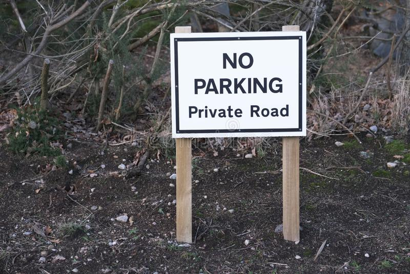 Ingen parkera jordning för gods för privat vägmärkebygd lantlig fotografering för bildbyråer