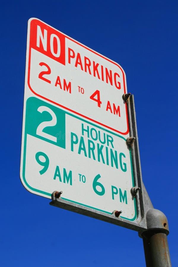 ingen parkeringsteckengata arkivbild