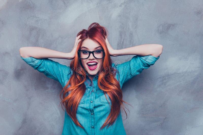 Ingen väg! Egentligen?! Chockad röd head rävaktig nätt flicka i exponeringsglas arkivfoto