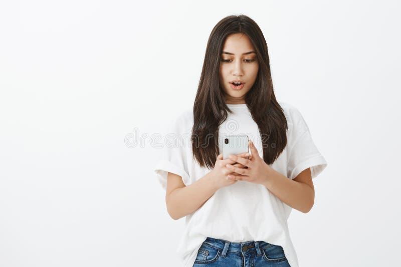 Ingen väg, imponeras hon Stående av den förvånade tillfredsställda attraktiva kvinnan i den vit t-skjortan och jeans som rymmer royaltyfria bilder