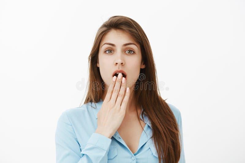 Ingen väg, otroligt rykte Stående av flickan som låtsar för att vara chockat, medan höra skvaller eller tjuvlyssna konversation arkivfoto
