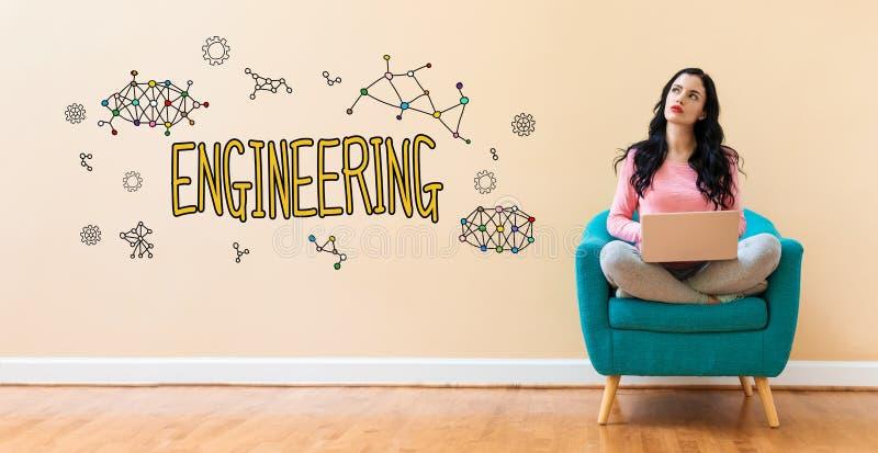 Ingeniería con la mujer que usa un ordenador portátil imagenes de archivo