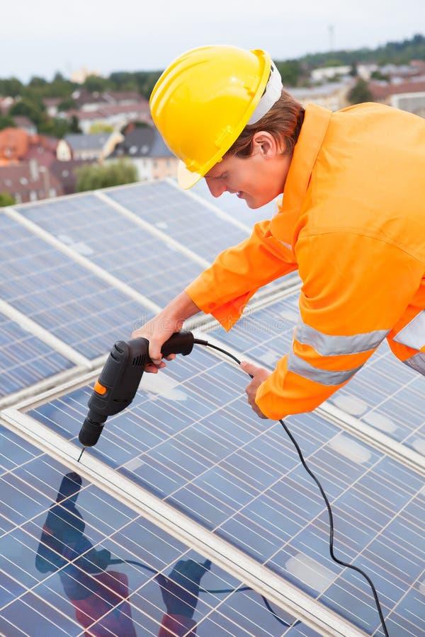 Ingeniero Adjusting Solar Panels fotos de archivo