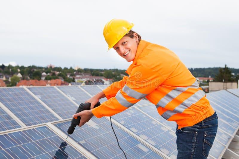 Ingeniero Adjusting Solar Panels fotografía de archivo