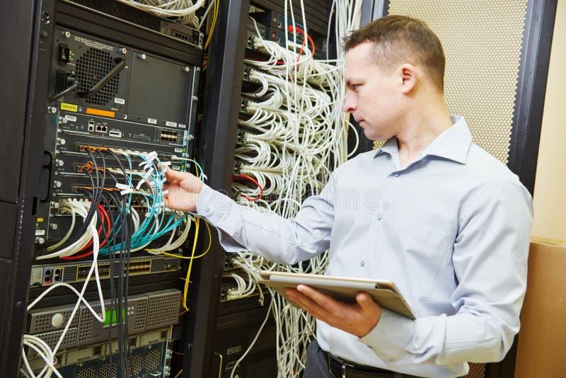 Ingeniero admin de la red en el centro de datos imágenes de archivo libres de regalías