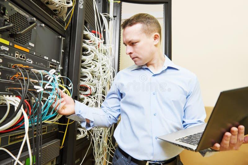 Ingeniero admin de la red en el centro de datos fotos de archivo