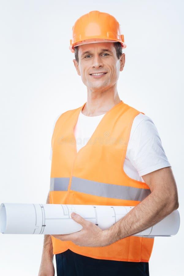 Ingeniero agradable alegre que sonríe a usted fotografía de archivo
