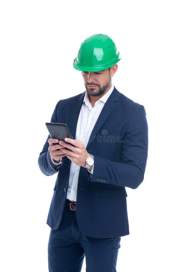 Ingeniero caucásico joven en desgaste formal usando la ISO digital de la tableta imagen de archivo libre de regalías