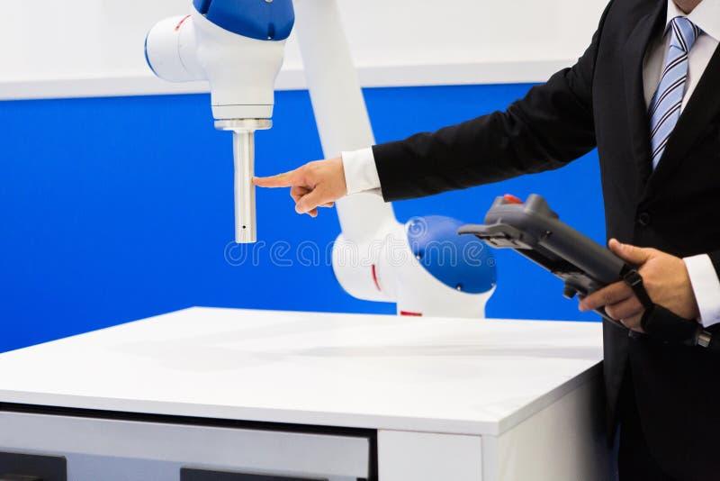 Ingeniero con el robot-colaborador fotografía de archivo libre de regalías