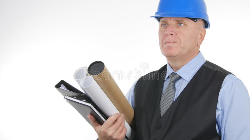 Ingeniero con los planes y los proyectos a disposición que parecen confiados imagenes de archivo