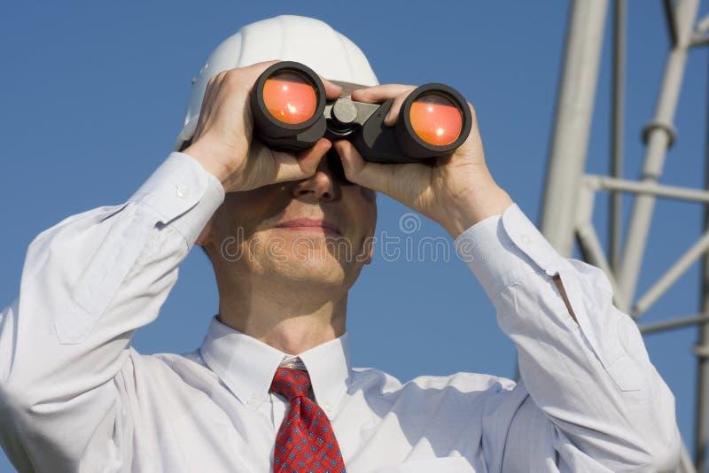 Ingeniero con los prismáticos fotografía de archivo