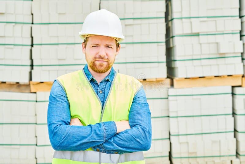 Ingeniero confiado cerca de los materiales de construcción imagen de archivo libre de regalías