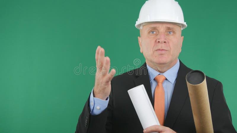 Ingeniero confiado y serio Image With Plans y proyectos a disposición que hablan y imagenes de archivo