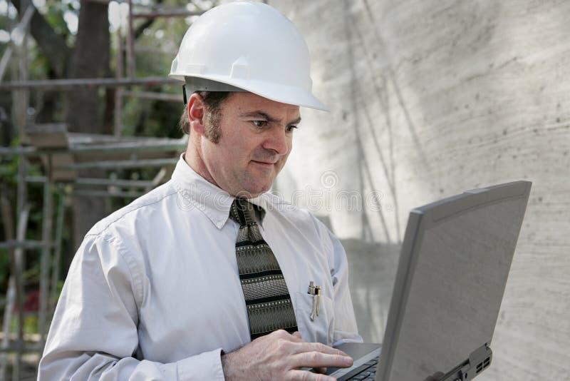 Ingeniero de construcción con el regazo fotos de archivo