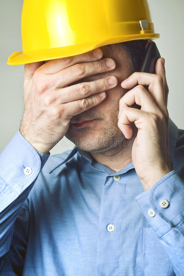 Ingeniero de construcción en el teléfono imagen de archivo