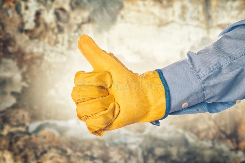 Ingeniero de construcción Gesturing Thumbs Up para la aprobación foto de archivo
