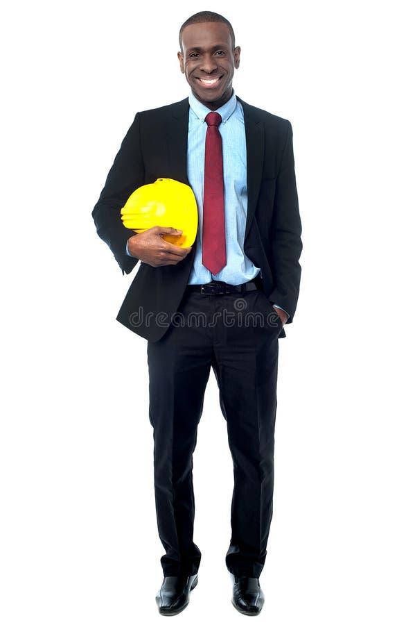 Ingeniero de construcción que sostiene el casco foto de archivo