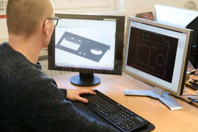 Ingeniero de diseño en la PC en la industria de metal en la oficina fotos de archivo libres de regalías