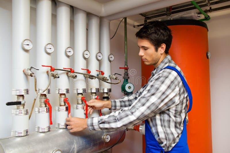 Ingeniero de la calefacción en un cuarto de caldera para la calefacción foto de archivo libre de regalías