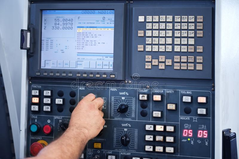 Ingeniero de la fábrica que controla y que presiona el botón importante de la tecnología en el panel de control  fotos de archivo