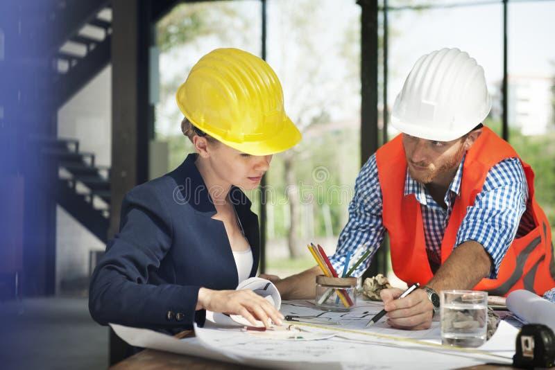 Ingeniero de la mujer en la construcción del sitio fotos de archivo