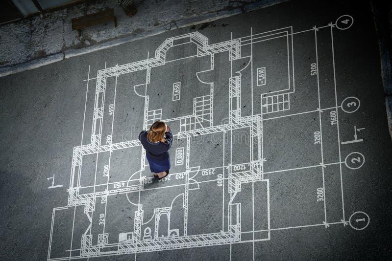 Ingeniero de la mujer que piensa sobre su plan Técnicas mixtas imagenes de archivo