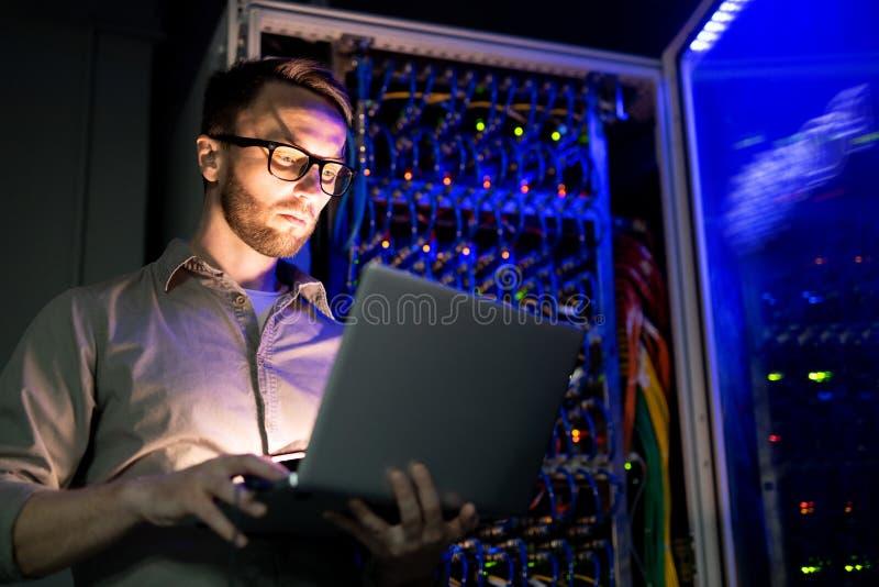 Ingeniero de las TIC en el trabajo fotografía de archivo