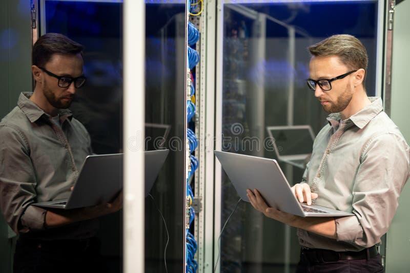 Ingeniero de las TIC que proporciona la ayuda de la red foto de archivo libre de regalías