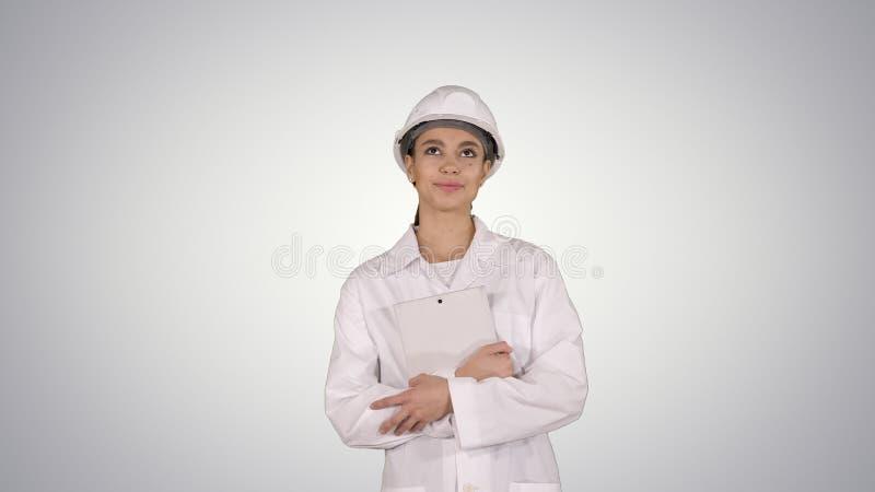 Ingeniero de sexo femenino del doctor que camina con la tableta digital en fondo de la pendiente foto de archivo libre de regalías