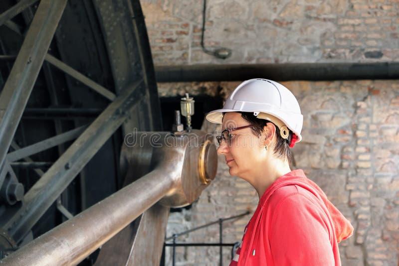 Ingeniero de sexo femenino joven, mecanicista fotografía de archivo