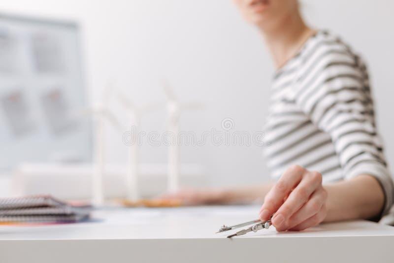 Ingeniero de sexo femenino profesional que lleva a cabo los compases imagen de archivo