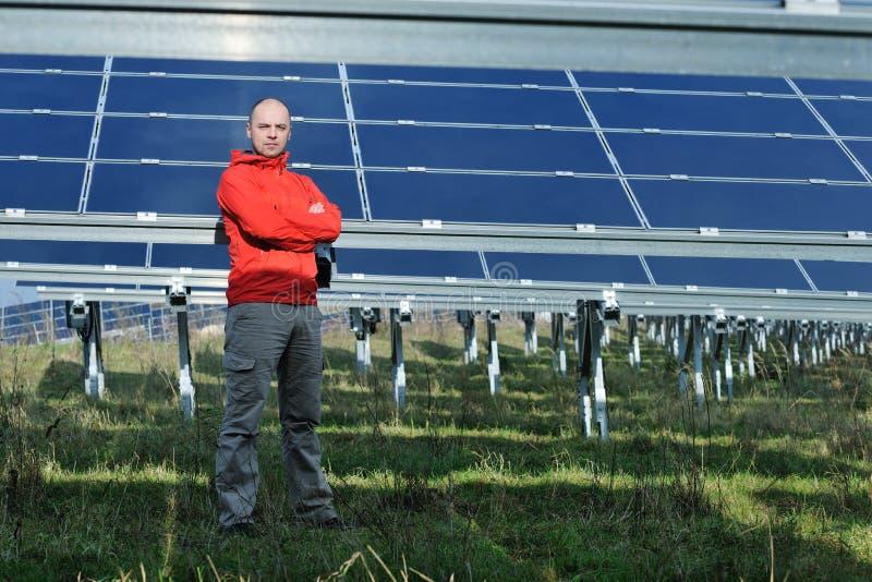 Ingeniero de sexo masculino del panel solar en el lugar de trabajo imagen de archivo libre de regalías