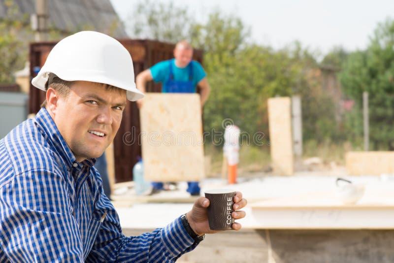 Ingeniero de sexo masculino Holding Cup del café en el sitio imagenes de archivo