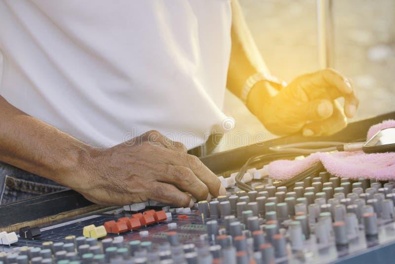 Ingeniero de sonido que trabaja con el mezclador de sonidos imagen de archivo