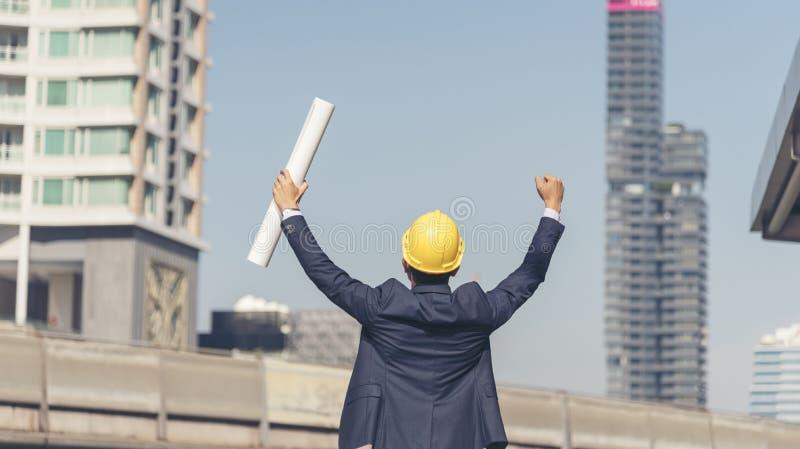 Ingeniero del ?xito llevar el casco amarillo para el proyecto del final del edificio del sombrero de seguridad foto de archivo libre de regalías
