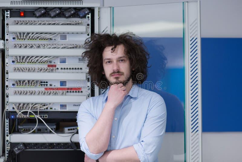 Ingeniero del hombre de negocios en sitio del servidor del datacenter imagen de archivo