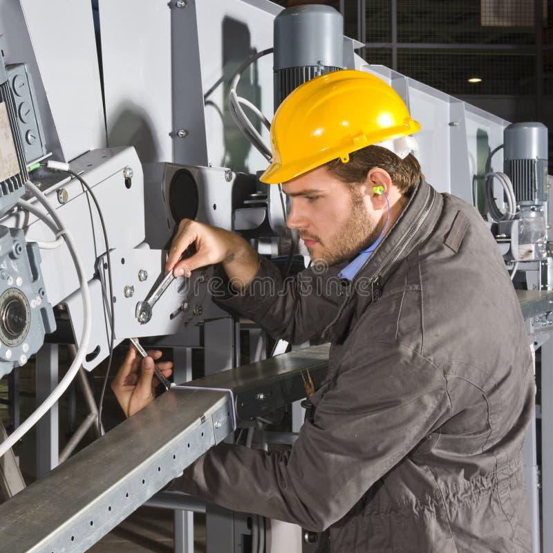 Ingeniero del mantenimiento en el trabajo fotografía de archivo
