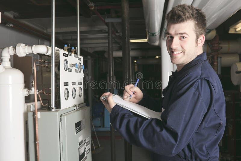 Ingeniero del mantenimiento que comprueba datos técnicos de imagen de archivo