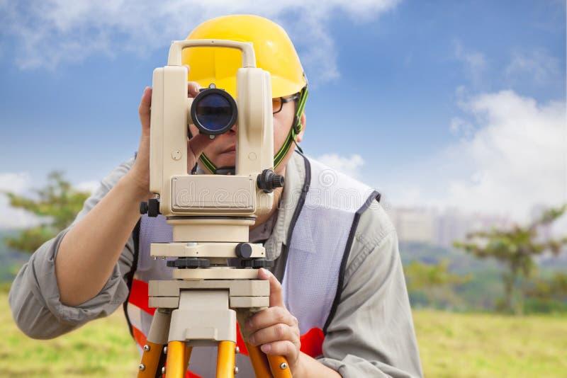 Ingeniero del topógrafo que hace datos de la medida fotos de archivo libres de regalías