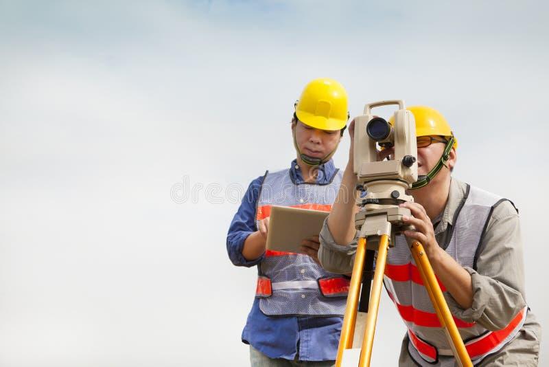 Ingeniero del topógrafo que hace medida con PC de la tableta imágenes de archivo libres de regalías
