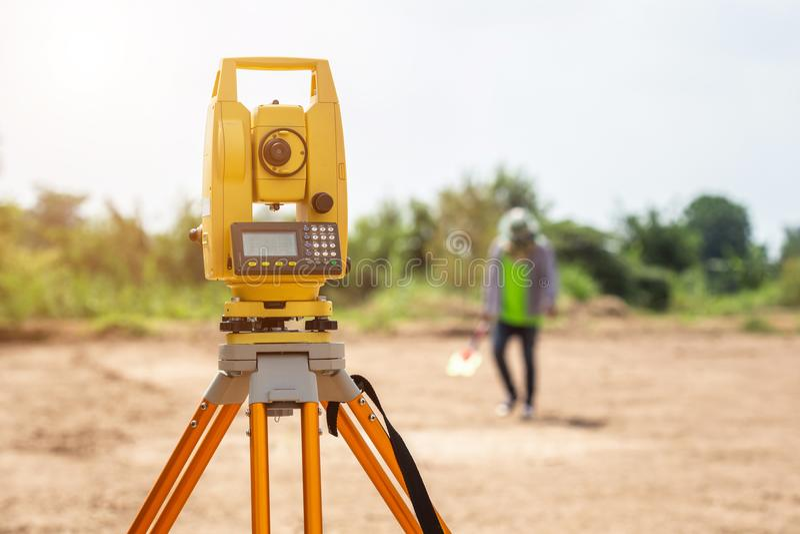 Ingeniero del topógrafo que hace medida en la tierra imagen de archivo
