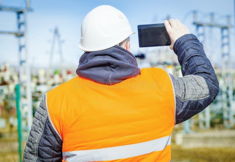 Ingeniero eléctrico filmado con la tableta foto de archivo