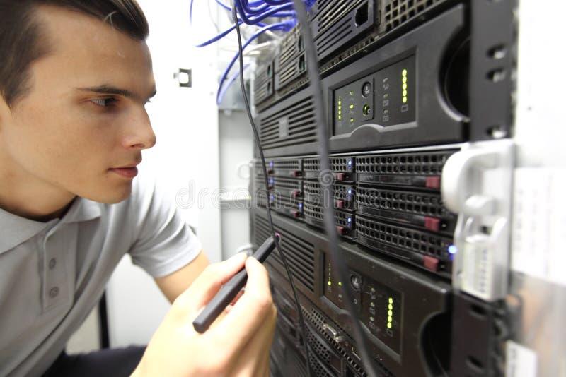 Ingeniero en sitio de servidor de red foto de archivo