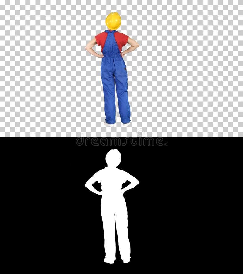 Ingeniero en soportes del casco de la construcción con las manos en caderas, Alpha Channel de la mujer imagen de archivo