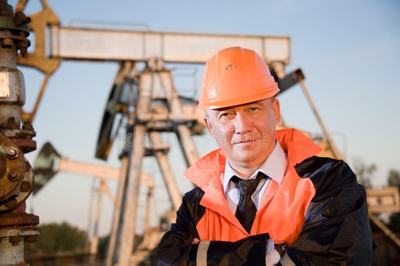 Ingeniero en un campo petrolífero fotografía de archivo