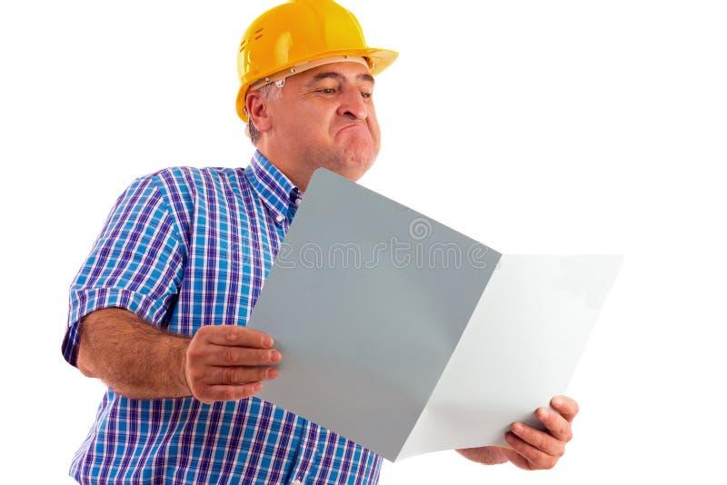 Ingeniero expresivo que mira planes fotografía de archivo libre de regalías