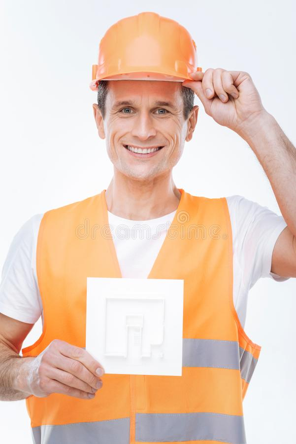 Ingeniero feliz alegre que lleva un uniforme imagenes de archivo
